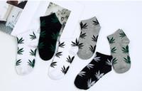 harajuku yüksek çoraplar toptan satış-Rahat Yüksek Kaliteli Harajuku Tarzı Çorap Erkekler Pamuk Hip Hop Akçaağaç Yaprağı Baskı Çorap Adam Kaykay Kısa Socks2PCS = 1 PAIRS