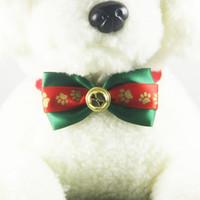 cloches pour animaux de compagnie achat en gros de-Collier de Noël Chien Chat chiot cou toilettage de Noël nécessaire de Bell Bow Tie Party Pendentif de Noël Festival de fournitures Ornements