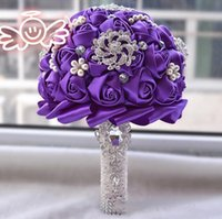 gelin düğün buketi mor toptan satış-2019 El Yapımı Çiçekler ile Düğün Gelin Buketleri Mor Saten Peals Kristal Rhinestone Gül Düğün Malzemeleri Gelin Holding Broş Buket