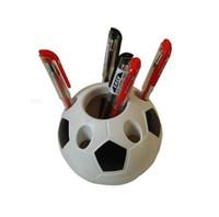 función de fútbol al por mayor-1 UNID contenedor de la pluma creativa Fútbol modelado Multi-función de cepillo de dientes titular / bolígrafos organizador de la oficina de regalos de la Escuela