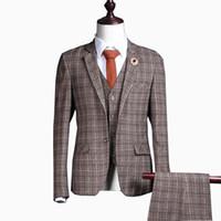brauner anzug großhandel-Hochzeit Smoking Khaki Brown Mens Check 3 Stücke Anzug Slim Fit Bräutigam British Plaid Benutzerdefinierte Smoking Jacke Hose Weste