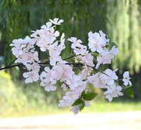 цветочные украшения вишня оптовых-Свадебный искусственный цветок ветка сакуры 110 см Свадебные украшения поддельные цветок сакуры 4 вилка с зелеными листьями декора внутреннего рынка