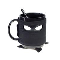 siyah seramik kahve kupaları toptan satış-Yaratıcı Ninja Kupa Kaşık Kılıç Ile Siyah Maske Seramik Bardak Kahve Süt Çay Kupalar Süt Kahve Çay Bardağı Kupalar