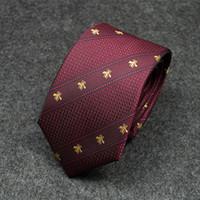 cravate de couleur marine achat en gros de-Cravate masculine 2019 nouvelle couleur bleu marine personnalité rayures diagonales correspondant à un motif d'abeille business casual cravate