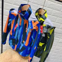 erkekler patchwork ceket toptan satış-Çocuklar Tasarımcı Patchwork Renk Rüzgarlık Kuzey Erkek Kız Kamuflaj Ceketler Gençler Marka Kış Camo Kapşonlu Coat Yüz Dış Giyim B82804