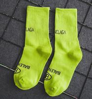tubos de senhoras quentes venda por atacado-Moda hot cor sólida carta marca quente tubo feminino algodão pilha meias moda senhoras longas meias