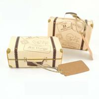 ingrosso favori di nozze in scatola-100PCS New Creative Miniature viaggio valigia a forma di scatole di caramelle per bomboniere borse regalo di carta kraft con tag forniture per feste evento