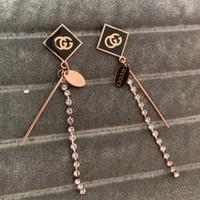 brincos pendentes venda por atacado-2019 deluxe marca de alta qualidade titanium design de aço subiu de ouro preto diamante borla carta dangle brincos para as mulheres meninas de verão jóias