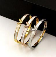 ingrosso madreperla del giappone-versione coreana di moda del colore Shell V lettera scuro braccialetto fibbia in titanio acciaio in Giappone e Corea del Sud naturale braccial madre-perla