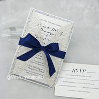 ingrosso caso di glitter blu-2019 Avorio Glitter Silver Quinceanera Invitations con carte per inviti di taglio laser a nastro blu navy per matrimoni e compleanni di compleanno