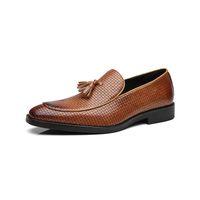 sapatos de vestido pontilhado inglaterra venda por atacado-2019 Sapatos de Casamento Formal dos homens Quentes Inglaterra Retro Borla Leathere Mocassins Sapatos de Vestido de Negócios dos homens Apontado Plana Tamanho Grande 37-48