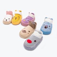 calcetines antideslizantes para niños pequeños al por mayor-Diseños nuevos llegan los zapatos del niño del bebé muchachas de los muchachos calcetines del invierno antideslizantes para niños piso calcetines de la historieta GZ222
