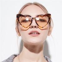 nueva forma de gafas al por mayor-Gafas de sol en forma de corazón blanco rojo 2019 nuevas mujeres diseñador de la marca tonos negros corazón gafas de leopardo estilo de amor de sol señoras gafas