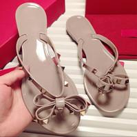 sandalias planas para niñas al por mayor-Venta caliente-Moda Verano Chanclas Mujer Remaches Mujer Sandalias Arco nudo Zapatillas Planas Chicas Tachonadas Playa Fresca Diapositivas Zapatos de Jalea 35-41