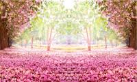 ingrosso pavimenti in vinile verde-7x5FT Fiori rosa Albero Percorso Verde Giardino Petali Pavimento Daylight Parco Foto sfondo personalizzato Studio Sfondo Vinile 220cm x 150cm