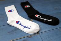 calcetines de baile blancos al por mayor-2 Colores Skate Street Dance Trend Hip Hop Champion algodón calcetines tubo largo blanco y negro hombres y mujeres calcetines calcetines FJ240