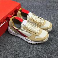 ingrosso migliori scarpe da campeggio-NIKE Scarpe da corsa autentiche Tom Sachs Craft Mars Yard 2.0 Space Camp per gli uomini, migliore qualità AA2261-100 Scarpe da ginnastica all'aperto naturale acero rosso Sport