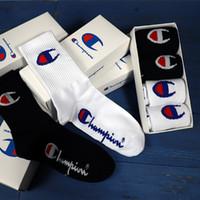 kutulu tüp toptan satış-INS hediye kutusu uzun tüp moda çorap siyah ve beyaz erkekler ve kadınlar pamuk spor sokak moda kaykay sokak dans çorap