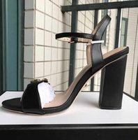 sexy sandalias de vestir para mujer al por mayor-Nuevas llegadas 2018 Patentes de cuero Tacones de emoción Para mujer Diseñador único dedo del pie acentuado Zapatos de boda Zapatos de marca sexy Letras sandalias de tacón
