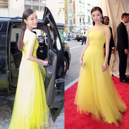 Wholesale Met Dress - 2015 Met Gala Ni Ni Elegant Prom Dresses Met Ball Soft Tulle Yellow Evening Gowns Long Formal Strapless Gorgeous Celebrity Red Carpet Gowns