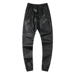 Pantaloni faux in pelle uomo rosso online-All'ingrosso-2016 di nuovo modo mens pantaloni sportivi in pelle uomini pantaloni in pelle faux hip hop pantaloni da jogging nero rosso jogger taglia 30 a 40, JA242