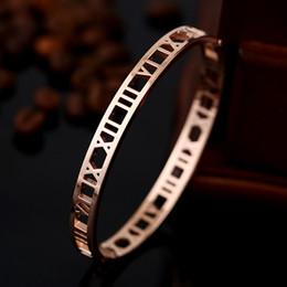 BC Delicate numeri romani banglesbracelets in acciaio al titanio braccialetto gioielli per le donne placcatura sottovuoto braccialetto di alta qualità BC-0148 cheap hollow roman numeral bracelet da braccialetto romano numerico cavo fornitori