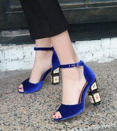 Cinturino in tacco blu royal online-Royal Blue Vintage Velvet Sandals per le donne Chunky Heels Women Shoes 2017 Fashion Ankle Strap Sandali con tacco alto