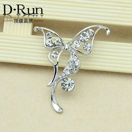 Wholesale Heart Drop Clothing - 2016 new fashion beautiful rhinestone butterfly brooch alloy brooch wild clothing holding flowers stock offer