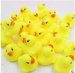Canards en caoutchouc jaune en gros en Ligne-Pas cher Mini Canards En Caoutchouc Jaune Bébé Bain D'eau Jouets à vendre Enfants Bain PVC Canard avec son Canard Flottant gros