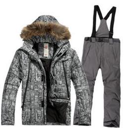 Al por mayor-2016 nuevos hombres calientes de invierno deportes al aire libre vestido de snowboard ropa a prueba de viento a prueba de nieve del casquillo del pelo de algodón chaquetas de algodón y pantalones babero desde fabricantes