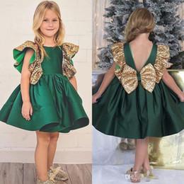 Vestito di lunghezza di ginocchio del raso verde online-Abiti da spettacolo per ragazze di fiore verde scuro Ginocchio Lunghezza paillettes gioiello in raso Increspature Lovely Princess Birthday Party Dress For Toddler Girl