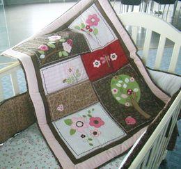100% Хлопок 7 шт. Вышивка 3D ветви деревьев стрекоза Детские комплекты постельного белья Одеяло Бампер кровать Юбка Комплект постельного белья в кроватку от Поставщики кроватки юбки бамперы