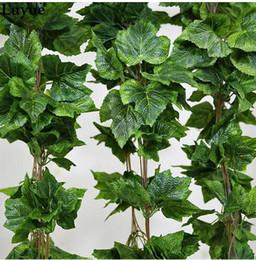 2019 viñas de decoración verde 20 UNIDS como verdadero artificial de seda guirnalda de hojas de uva falsa vid Ivy interior / exterior decoración del hogar flor de la boda verde regalo de navidad viñas de decoración verde baratos