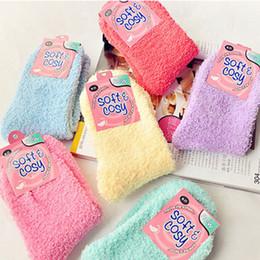 2016 Lindos Fuzzy Fulffy Calcetines Mujeres Fuzzy Calcetines Invierno Cálido Calcetines Toalla de Color Caramelo Grueso Piso Thermal coral polar calcetines Con Inglés Logo desde fabricantes