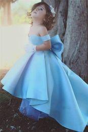 Güzel Babay Mavi Pageant Elbiseler Yüksek Düşük Kapalı Omuz Çiçek Kız Elbise 2017 Ucuz Küçük Çocuklar Kollu Balo Abiye nereden
