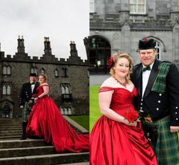 vestido de noiva de tafetá sexy fora do ombro Desconto Plus size vestidos de casamento gótico 2016 drapeado babados longo trem tafetá vestidos de festa sexy fora do ombro vermelho vestidos de noiva
