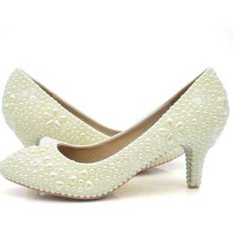 chaussures habillées couleur ivoire Promotion 2019 Personnalisé Simple Perle Robe De Mariée Ivoire Couleur Moyen Talon Sapatos Femininos Femmes Dames Chaussures Femme Chaussures Saint-Valentin