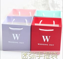 Wholesale Wholesale Party Favor Tote Bags - 50Pcs Lot MINI Wedding Gift Box Tote Bags Wedding Day Favor Holders Candy Boxes 2016 Spring Style