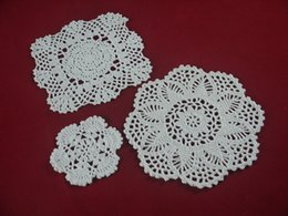 Diseño de jarrón hecho a mano online-handmade Crocheted Doilies florero taza almohadilla estera 3 Diseño, Encaje blanco Ronda práctico de costa Home Weddings Doilies 10-20 cm tapete de ganchillo 30 UNIDS / LOTE tmh331