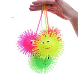 Вел упругий шарик онлайн-Сид светоизлучающий Ежик плюшевые мяч упругий шарик Hlashing волосатые мяч вентиляционные игрушки Детские игрушки 24pcs/много