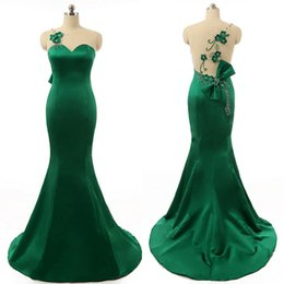 Vestito di smeraldo verde da promenade bordante online-Abito da sirena elegante Abito da sposa verde smeraldo Abito da sera gioiello Collo elegante senza maniche Fiori a mano Illusion Abito da sera posteriore