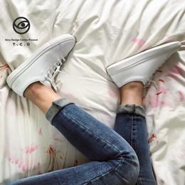 2019 zapatos de moda de corea del sur Nueva tendencia de moda versión salvaje de Corea del Sur primera capa de cuero transpirable zapatos casuales de cuero pequeños zapatos blancos zapatos de mujer 36-45 zapatos de moda de corea del sur baratos
