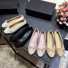 Appartamenti arco di design online-Scarpe eleganti da donna Designer Vera pelle morbida Rhombic Ladies Bow Shoes Lettera Scarpe classiche da donna in pelle di montone Scarpe da barca di grandi dimensioni 34-42 41
