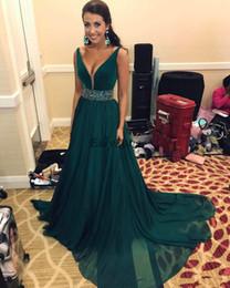 Rebordear vestido de fiesta verde esmeralda online-Chic Emerald Green Prom Dresses Long Chiffon A Line Abalorios Rhinestones Profundo cuello en V Vestidos de fiesta de las mujeres elegantes para la fiesta de noche Vestido sexy