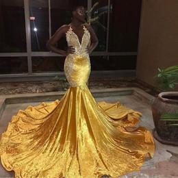 Arte de terciopelo negro online-2019 elegante terciopelo amarillo largo sirena vestidos de baile para Black Girl Halter apliques de encaje vestidos de noche sin respaldo barrido tren vestido de baile