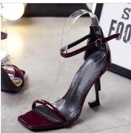 Sandali gladiatore in pelle nera rossa Sandali in metallo unici con tacco alto in metallo Scarpe con fibbia in pelle di marca famosa da