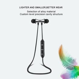 Mini auricular magnético online-Atracción magnética Auricular Bluetooth Sweatproof Impermeable Sport Mini Auricular 4.2 con Cable de Carga Auriculares Jóvenes