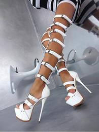 Salto alto on-line-Super Sexy Fivelas Correias Projeto Sobre A Plataforma Do Joelho Botas Gladiador Coxa Cut-out Couro De Patente Extra de Salto Alto Sandálias Botas