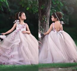 ragazza di fiore del neckline di illusione Sconti Le ragazze belle del fiore 2019 si veste il collo del gioiello i fiori fatti a mano in rilievo aperto indietro il vestito lungo del bambino della ragazza di spettacolo del bambino di compleanno lungo