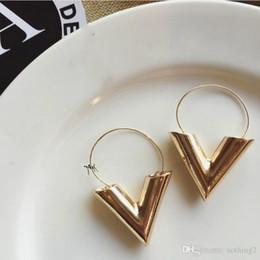 Aretes en forma de v online-Joyas de diseño Pendientes de lujo para mujeres Brincos Oorbellen Simple Metal Wind Letter V Shape Stud Pendientes para las mujeres Regalo